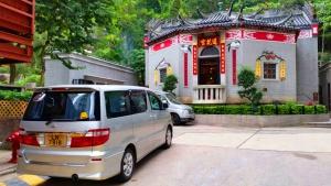 Lin Fa Kung Temple, car