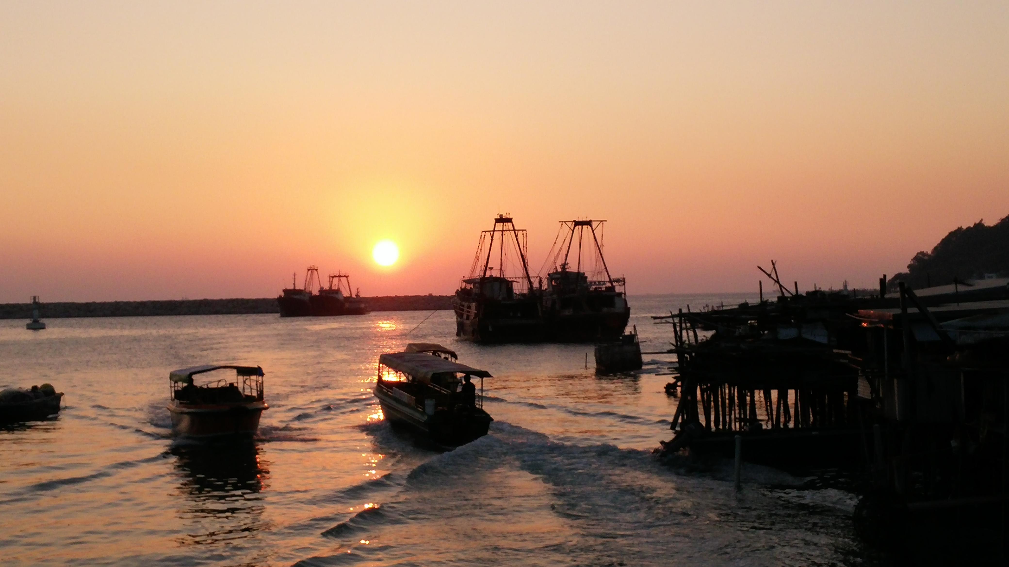 sunset, fishing boats, fast boats, stilt houses, stream